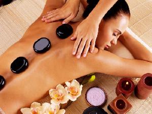 Massage thư giãn toàn thân với đá nóng