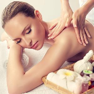 Massage thư giãn toàn thân với tinh dầu